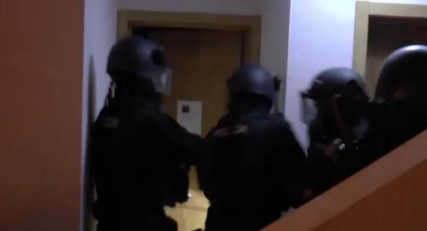 فيديو.. لحظة القبض على مغربي (ارهابي) فجر اليوم باسبانيا