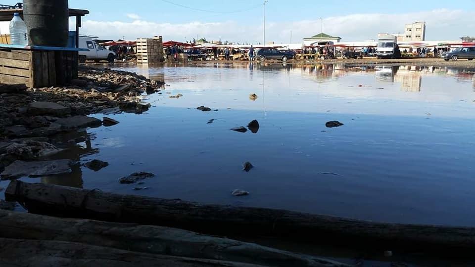 +صور فاضحة… كارثة بيئية بالسوق الاسبوعي ببني وكيل والجماعة تتفرج …
