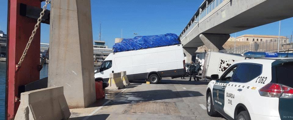 +صور: مهاجر مغربي ينجو من الموت في مليلية بعدما كادت سيارته تسقط في الميناء