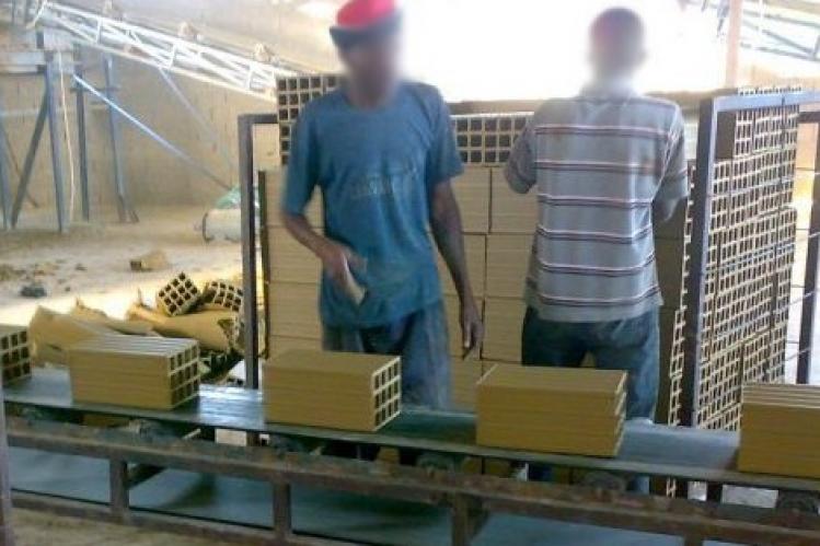 الناظور: إستغلال شنيع لليد العاملة بمعامل الآجور و مواد البناء المتواجدة على طريق زايو (الحلقة الأولى)